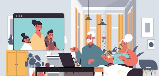Mulher com crianças tendo reunião virtual com os avós durante a chamada de vídeo família bate-papo comunicação online conceito sala retrato horizontal ilustração horizontal Vetor Premium