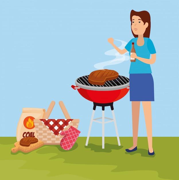 Mulher com grelha de comida de carne e cesta Vetor grátis