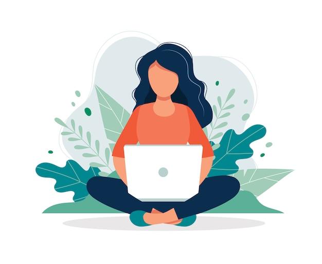 Mulher, com, laptop, sentando, em, natureza, e, folhas Vetor Premium