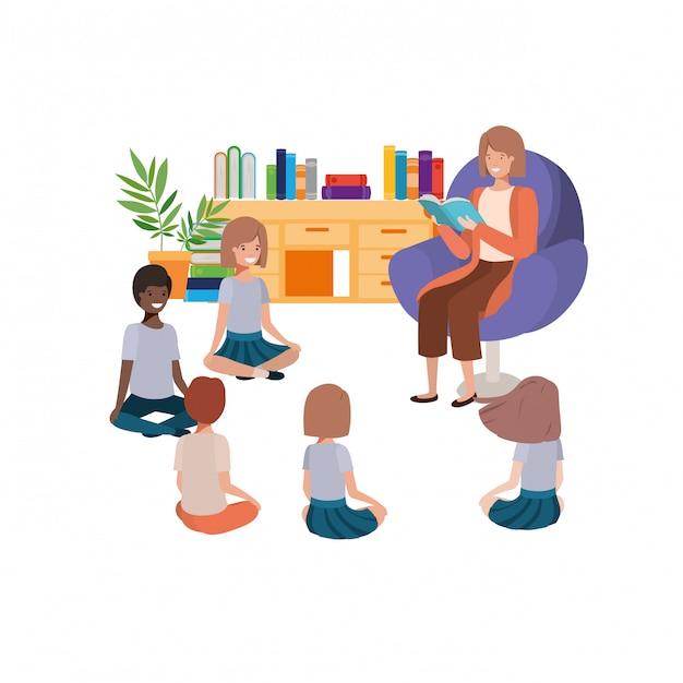 Mulher, com, livro leitura, em, a, sofá, e, crianças Vetor grátis