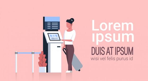 Mulher, com, mala, usando, fila, sistema gerência, terminal, em, aeroporto, esperando, para, cheque, em, registro Vetor Premium
