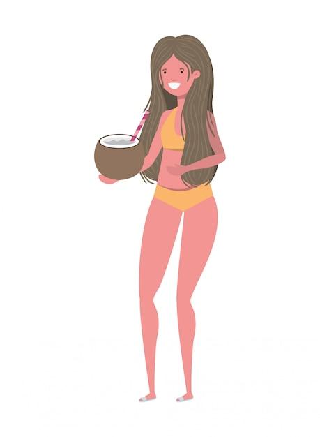 Mulher com roupa de banho e água de coco na mão Vetor grátis