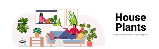 Mulher cuidando de plantas de casa, dona de casa discutindo com um amigo na janela do navegador da web durante a videochamada cópia espaço horizontal Vetor Premium