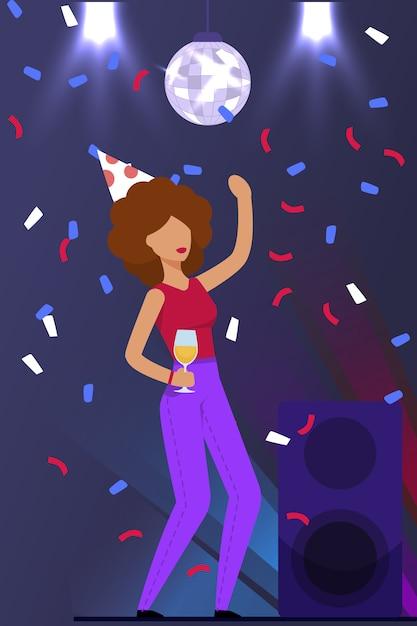 Mulher dança e comemorar aniversário em boate Vetor Premium