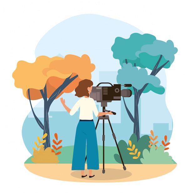 Mulher de câmera com equipamento profissional de filmadora e árvores com plantas de arbustos Vetor Premium