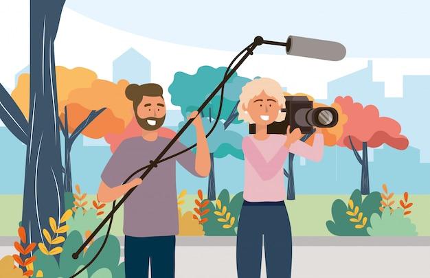 Mulher de câmera com filmadora e câmera homem com equipamento de microfone Vetor Premium