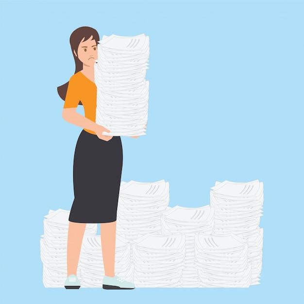 Mulher de negócio ocupada com a pilha de papel do escritório. Vetor Premium