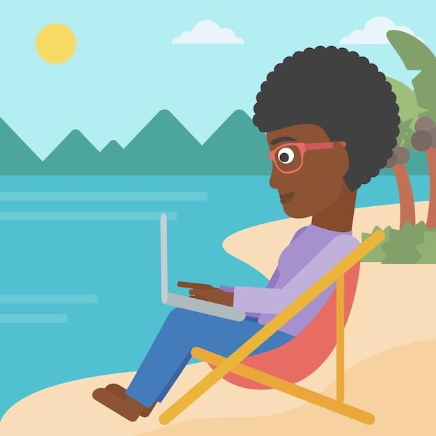 Mulher de negócio que senta-se na sala de estar do chaise com portátil. Vetor Premium