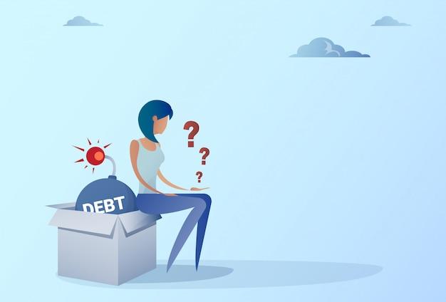 Mulher de negócio que senta-se no conceito da crise da finança da dívida do crédito da bomba Vetor Premium