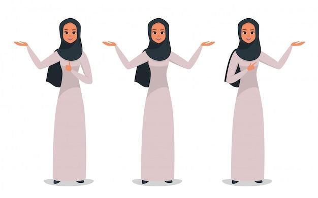 Mulher de negócios árabe apresentando algo com as duas mãos Vetor Premium