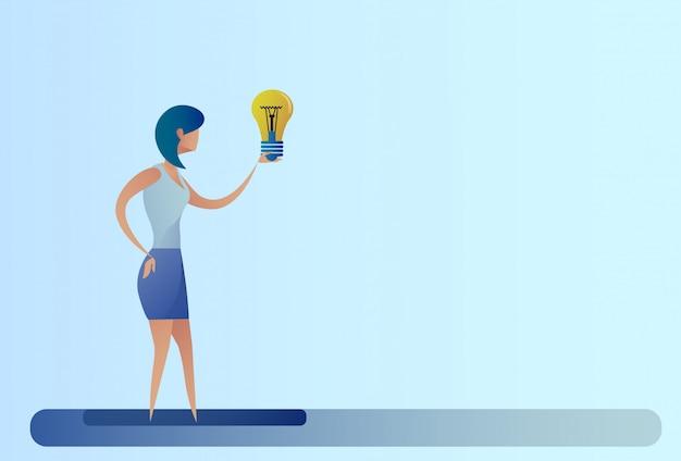 Mulher de negócios nova ideia criativa conceito hold light bulb Vetor Premium