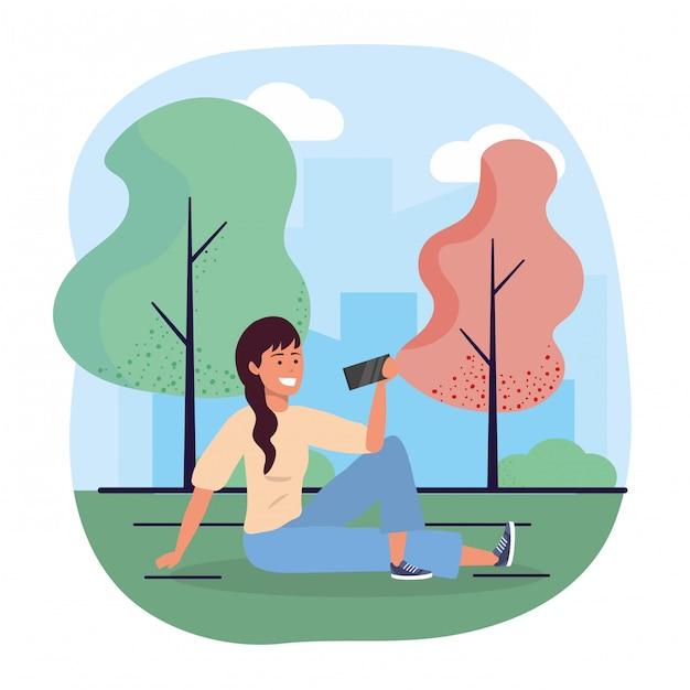 Mulher divertida de estar com smartphone e árvores Vetor Premium
