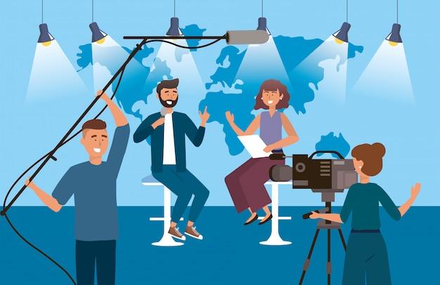 Mulher e homem repórter no estúdio com câmera mulher e câmera homem Vetor Premium