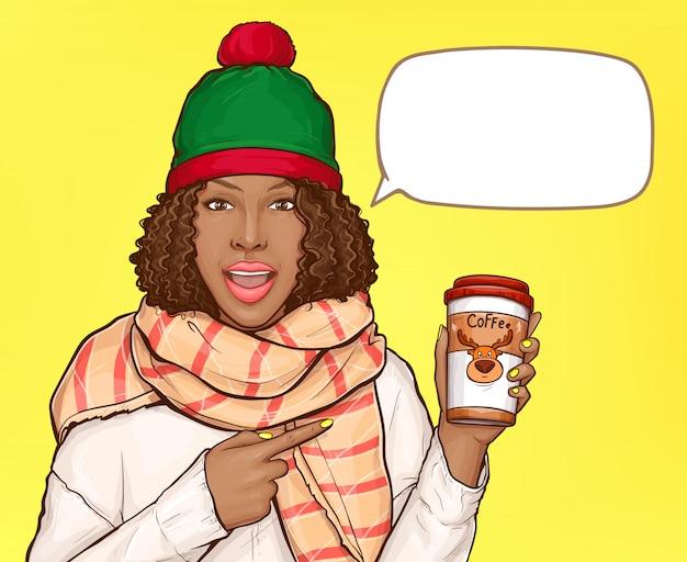 Mulher em roupas quentes com uma xícara de café e balão em branco Vetor grátis