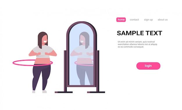 Mulher fazendo ginástica rotativa treino com bambolê, olhando para o reflexo no espelho menina peso Vetor Premium