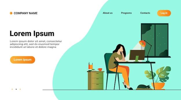 Mulher que trabalha à noite em ilustração vetorial plana isolada de escritório em casa. aluna de desenho animado aprendendo por computador ou designer tarde no trabalho Vetor grátis