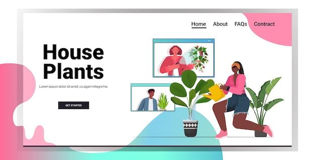 Mulher regando plantas de casa, dona de casa afro-americana discutindo com amigos nas janelas do navegador da web durante o espaço de cópia da videochamada Vetor Premium