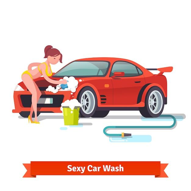 Mulher sexy no roupa de banho que lava o carro de esportes vermelho Vetor grátis