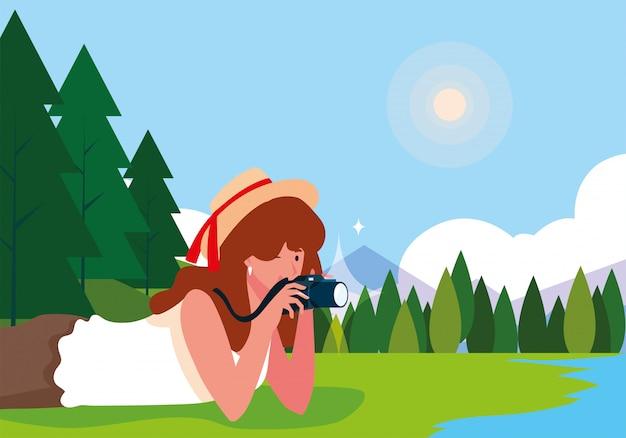 Mulher tirando uma foto com paisagem de fundo Vetor Premium
