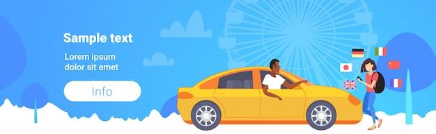 Mulher, usando, móvel, dicionário, ou, tradutor, turista, discutir, com, motorista taxista, comunicação, conexão, conceito, diferente, bandeiras, roda gigante, cópia espaço, comprimento total Vetor Premium