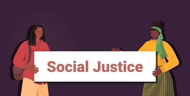 Mulheres afro-americanas ativistas segurando cartaz de parar racismo igualdade racial justiça social parar discriminação conceito retrato horizontal Vetor Premium