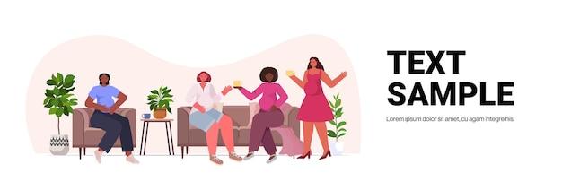 Mulheres de raça mista discutindo durante reunião movimento de empoderamento feminino feminino poder união de feministas conceito cópia espaço Vetor Premium