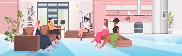 Mulheres de raça mista discutindo durante reunião na área de conferência movimento de empoderamento feminino feminino união de conceito feministas ilustração vetorial de corpo inteiro horizontal Vetor Premium