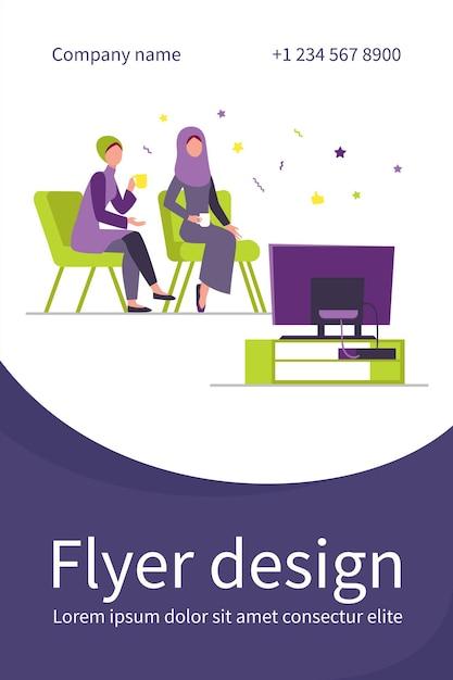 Mulheres muçulmanas sentadas e assistindo tv. modelo de folheto plana para casa, chá, hijab Vetor grátis