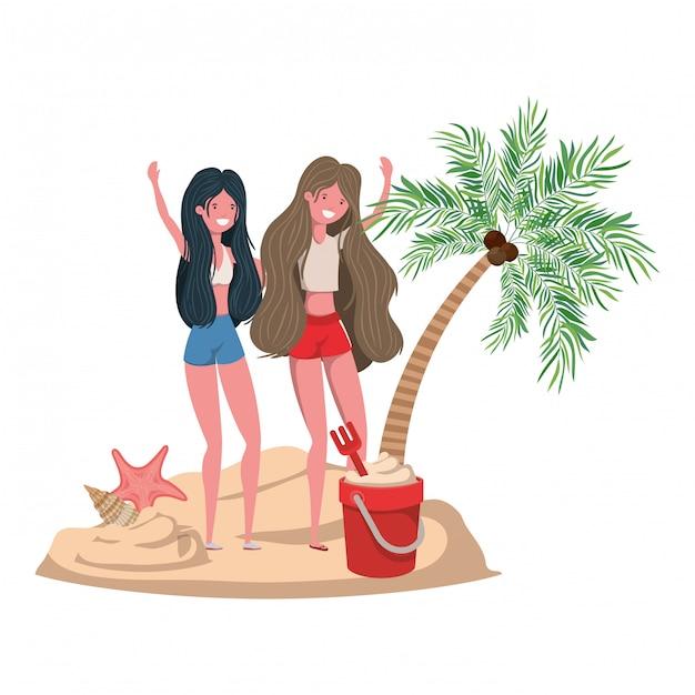 Mulheres na praia com maiô e palmas Vetor grátis