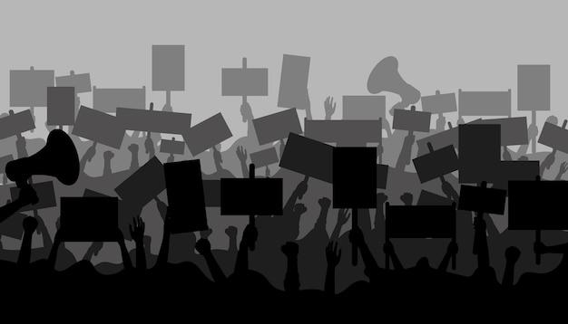 Multidão de pessoas manifestantes. silhuetas de pessoas com banners e megafones. mãos com cartazes de protesto. pessoas segurando bandeiras políticas Vetor Premium
