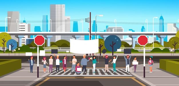 Multidão segurando o cartaz e megafone na faixa de pedestres Vetor Premium