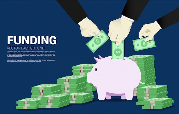 Múltipla mão de empresário colocar nota de banco no cofrinho Vetor Premium