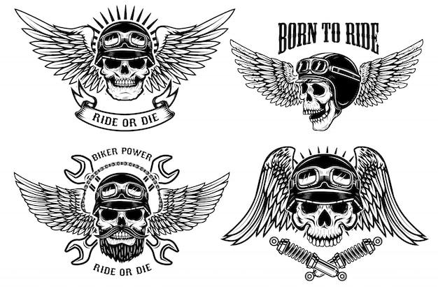 Nascido para andar. conjunto de caveiras de motociclista com asas e capacetes em fundo branco. elementos para o logotipo, etiqueta, emblema, sinal, cartaz, camiseta. ilustração Vetor Premium