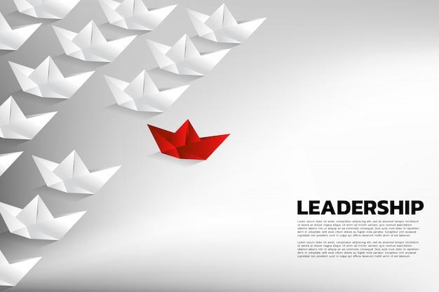 Navio vermelho do papel do origami que conduz o grupo do branco. conceito de negócio de liderança de equipe Vetor Premium