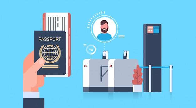 Negócios mão segurando o passaporte e bilhetes para o avião com o check-in scanner no aeroporto homem durante o registo para o conceito de partida Vetor Premium
