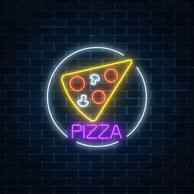Néon brilhante sinal de pizza no quadro de círculo em uma parede de tijolos escuros Vetor Premium