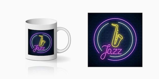 Neonprint do café jazz ao vivo com saxofone ao vivo na maquete da caneca de cerâmica. projeto de um sinal de boate com música ao vivo na taça. ícone do café de som. Vetor Premium