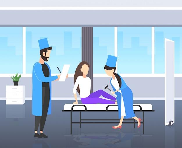 Neurologistas, testando, joelho-empurrão, ligado, joelho mulher, doutores, em, uniforme, usando, hummer, verificar, reflexos, de, paciente fêmea, medicina, conceito, moderno, hospital, quarto, interior, comprimento cheio Vetor Premium
