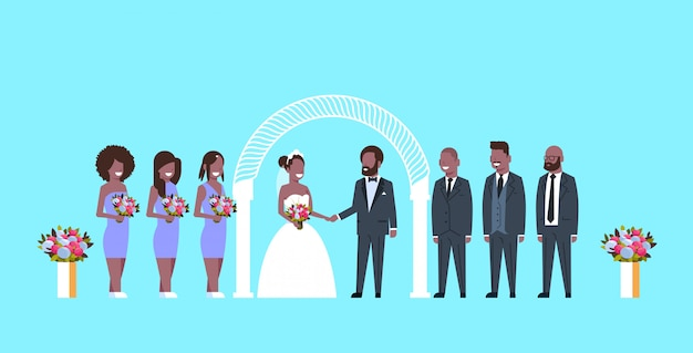 Noiva e noivo recém-casados com padrinhos de madrinha de pé juntos perto do arco conceito de cerimônia de casamento fundo azul comprimento total horizontal Vetor Premium