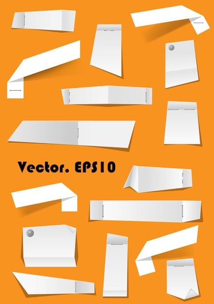 Notas de papel branco e fragmentos anexados com alfinetes e grampeador no fundo para memorando Vetor Premium