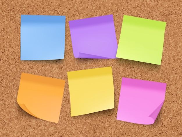 Notas vazias pegajosas. placa de cortiça na parede com papéis coloridos de memorando com pinos e clipes modelo realista de vetor Vetor Premium