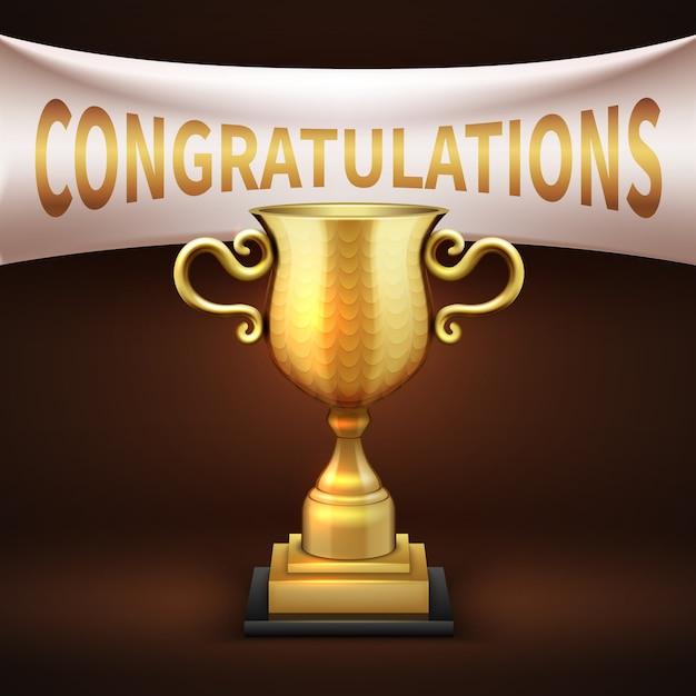 O copo luxuoso dourado do troféu com bandeira branca de matéria têxtil e as felicitações text. vitória taça brilhante dourado Vetor Premium