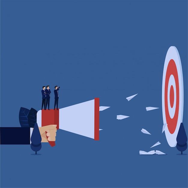 O gerente de negócio que olha o alvo e envia a metáfora do plano da propaganda do alvo direito. Vetor Premium