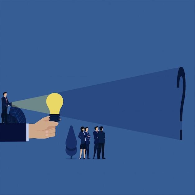 O gerente do negócio ilumina acima o bulbo da ideia e encontra o ponto de interrogação atrás da metáfora da busca a verdade. Vetor Premium