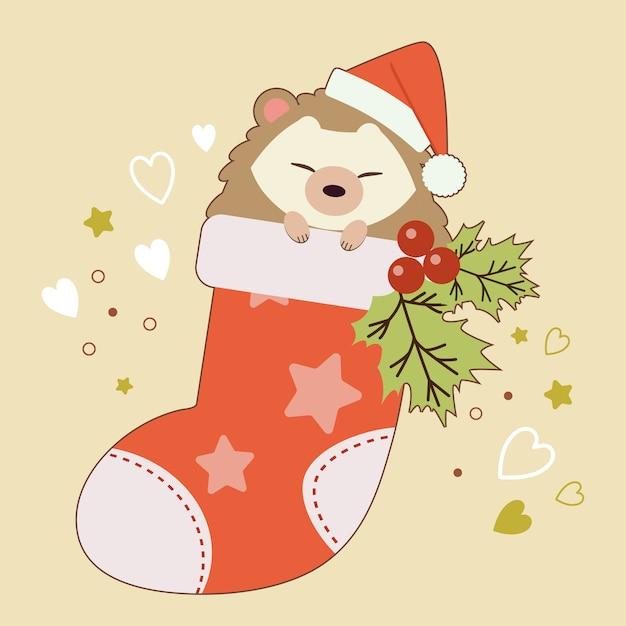 O personagem de ouriço fofo sentado na meia com folhas de azevinho no fundo amarelo e coração e estrela. Vetor Premium