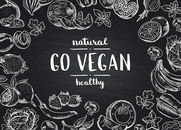 O vetor vai fundo do quadro-negro do vegetariano com frutas e legumes tiradas mão da garatuja. ilustração de quadro de comida vegan Vetor Premium