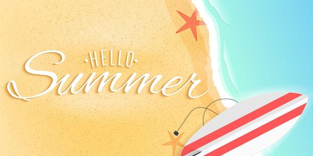 Olá banner de verão web. prancha de surf na praia. estrela do mar e maré. Vetor Premium