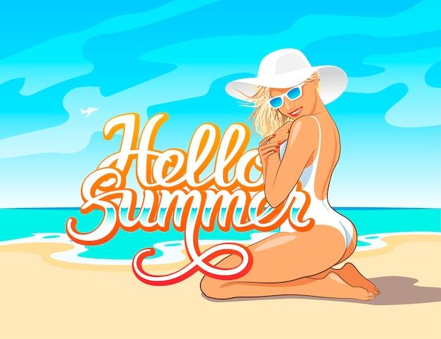 Olá letras de mão de verão com linda garota em maiô branco, chapéu e óculos de sol, sentada na areia da praia do mar Vetor Premium