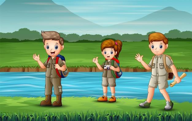 Os batedores caminhando ao longo do rio Vetor Premium
