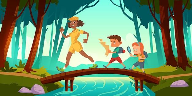 Os caminhantes andam sobre a ponte cruzando o rio na floresta Vetor grátis